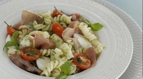 Салат с ветчиной под соусом «Песто»